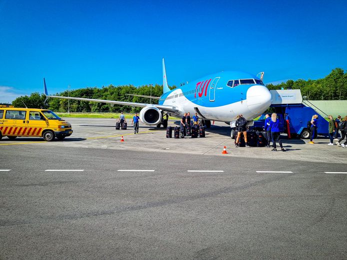 De Boeing 737-800 staat op Twente Airport klaar voor het vertrek van het Nederlands vrouwenelftal.
