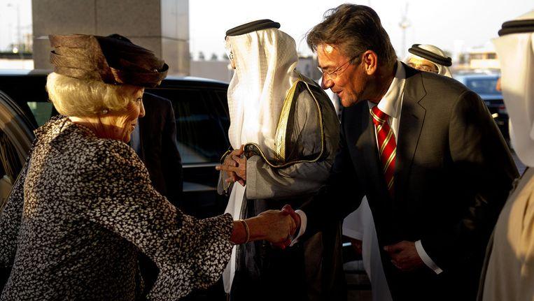 Koningin Beatrix schudt de hand van Verhagen, gisteren in Abu Dhabi. © ANP Beeld