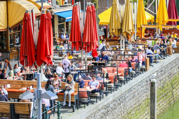Ook van de terrassen in de Oude Haven wordt al flink gebruik gemaakt.