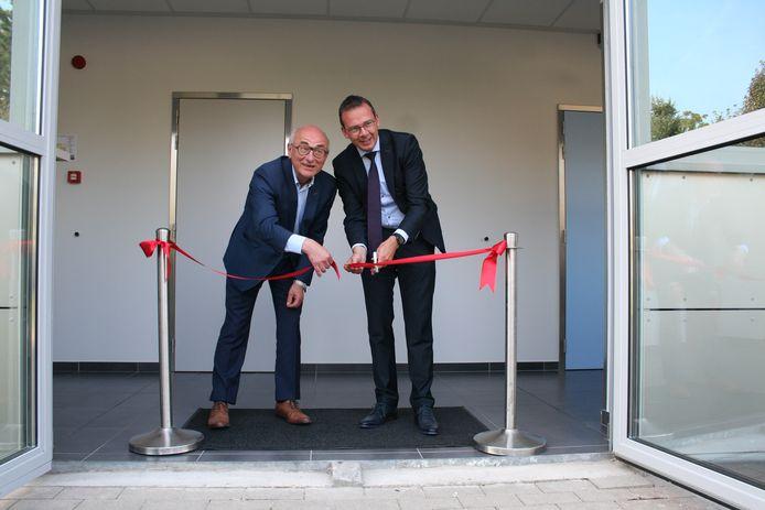 Minister Beke (rechts) kwam mee het lintje knippen voor het nieuwe NMR-toestel.
