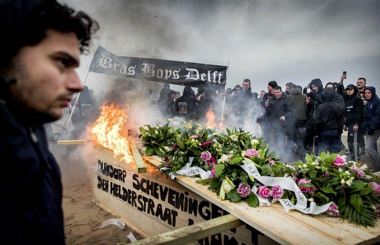 Inwoners van Duindorp en Scheveningen namen op 15 december met een crematie symbolisch afscheid van het vreugdevuur. De onvrede over het besluit van het stadsbestuur is groot.