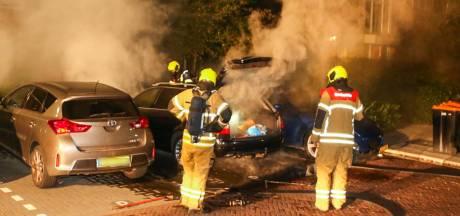 Geparkeerde auto brandt uit in Dordrecht, politie gaat uit van brandstichting