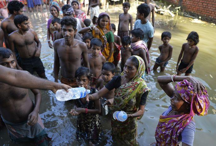 Door de overstromingen dakloos geraakte Indiërs in de staat West-Bengalen.