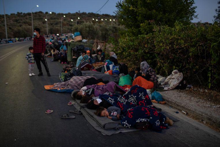 Vluchtelingen brengen de nacht door nabij het afgebrande kamp Moria. Beeld AP