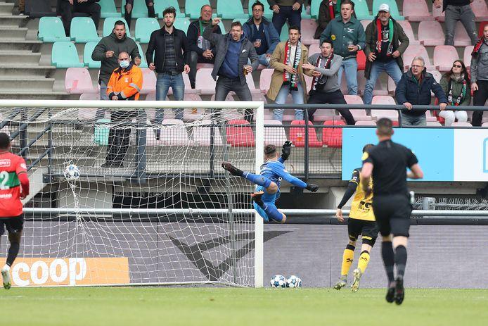 De pegel van Bart van Rooij en de vreugde van de NEC-fans in één beeld gevangen.