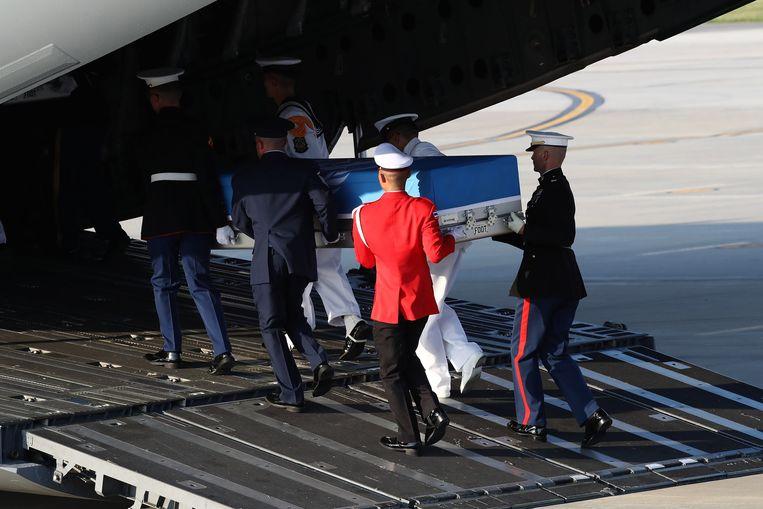 De stoffelijke resten van de gesneuvelde Amerikaanse soldaten werden naar Hawaï gebracht waar ze zullen geïdentificeerd worden. Beeld EPA