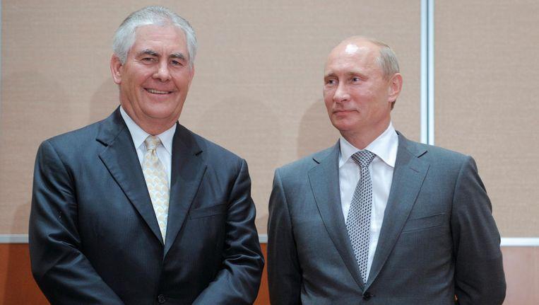 Rex Tillerson samen met Vladimir Poetin in 2011. Beeld reuters