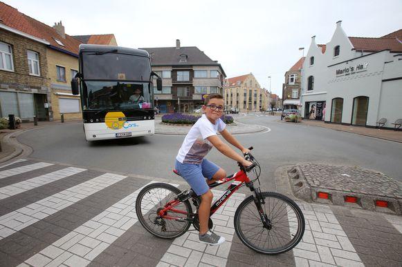 Een jonge fietser op het Zevensterrenplein in Veurne.