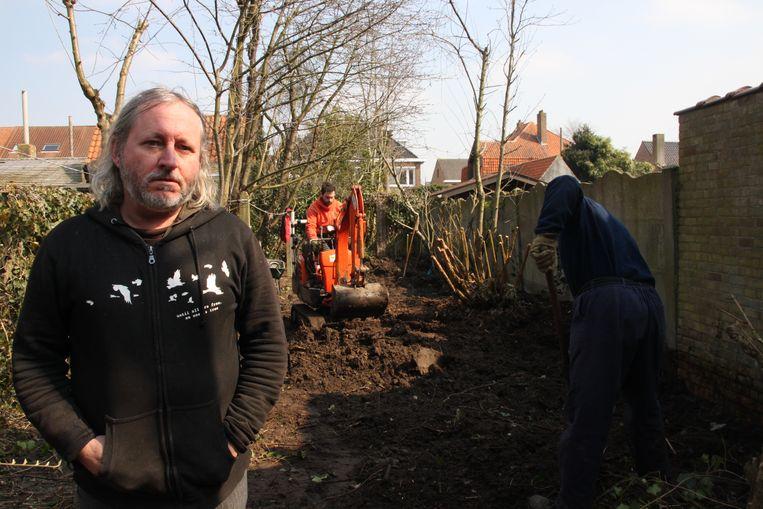 Alain De Coessemaeker tijdens het rooien van de kleine bomen.