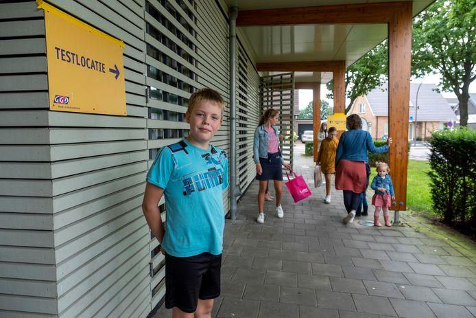 De 11-jarige Wesley in de rij voor een test op de nieuwe locatie van de GGD Noord- en Oost-Gelderland in Elspeet.