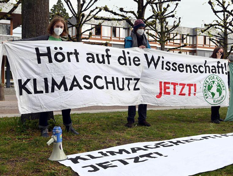 Klimaatactivisten demonstreerden donderdag voor het grondwettelijk hof in Karlsruhe.  Beeld Uli Deck