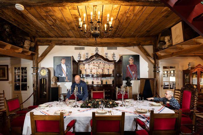 Geassisteerd door echtgenote Gerdien dekt Sietze Visser de 'koninklijke' tafel in het Oranjemuseum, zoals hij dat ook deed voor prinses Armgard.