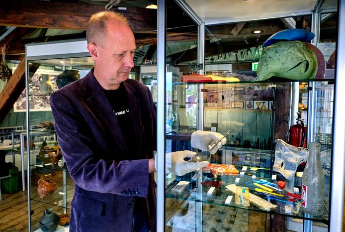 Jeroen Ras legt de laatste hand aan de tentoonstelling.