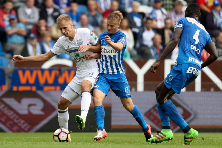 Anderlecht's Lukasz Teodorczyk and Genk's Timothy Castagne fight for the ball during the Jupiler Pro League match between KRC Genk and Sporting Anderlecht, in Genk, Sunday 18 September 2016, on the seventh day of the Belgian soccer championship. BELGA PHOTO VIRGINIE LEFOUR Beeld BELGA