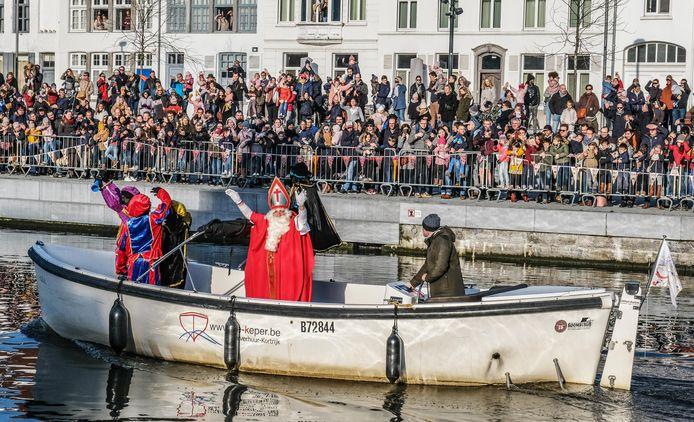 De Sint en zijn pieten kwamen aan in een boot.