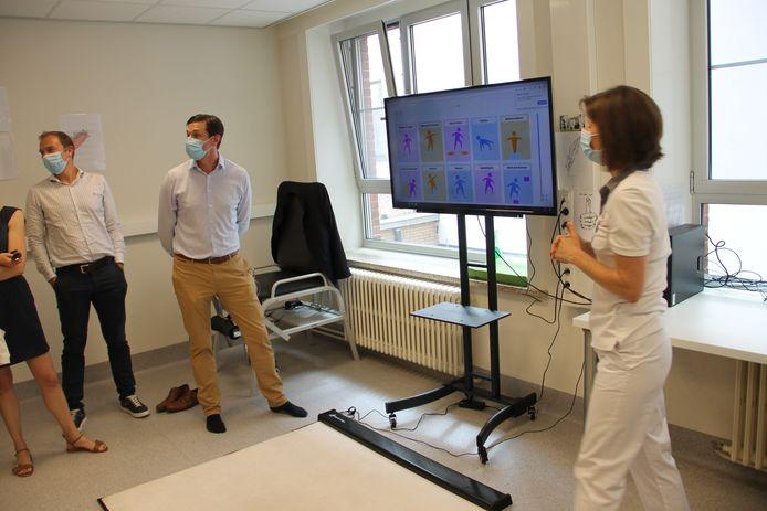 Serviceclub De Ronde Tafel kocht een interactieve  speelmat voor de Sint-Jozefskliniek. Die dient om patiënten te helpen bij hun revalidatie.