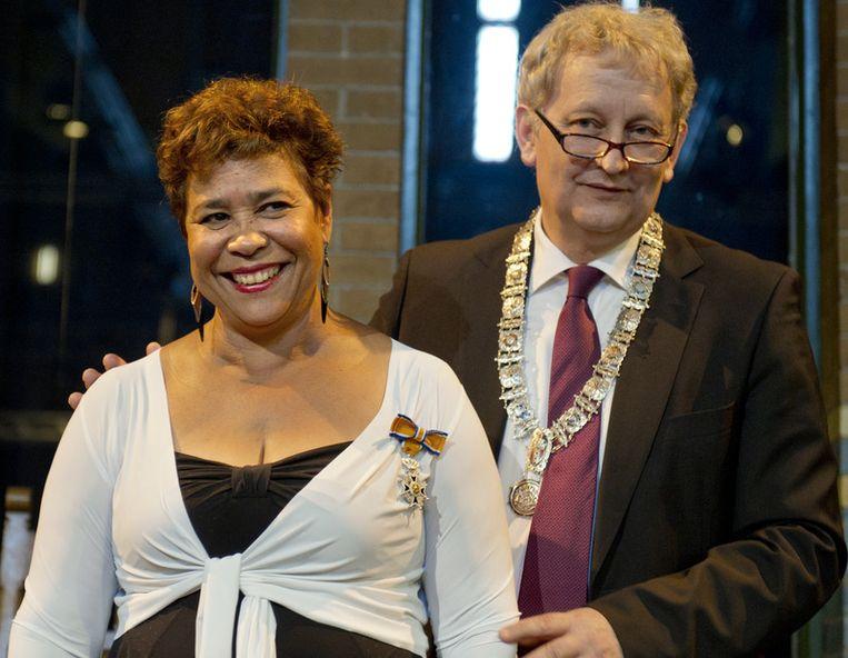 Noraly Beyer vrijdag met  burgemeester Eberhard van der Laan na de  uitreiking van haar koninklijke onderscheiding in Amsterdam. De  ex-nieuwslezeres  is bevorderd tot Ridder in de orde van Oranje Nasau. Foto ANP. <br /> Beeld