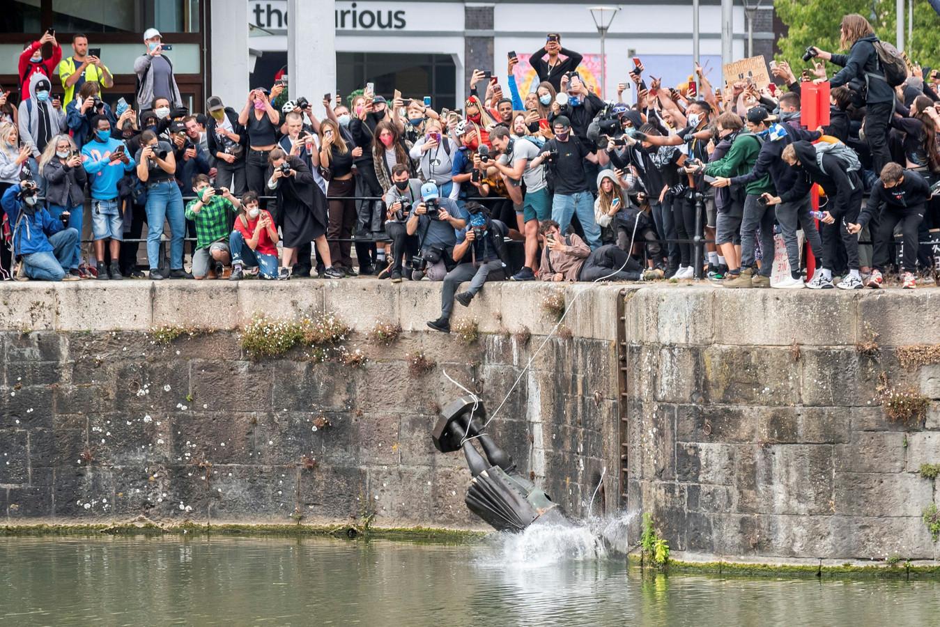 Beelden van het standbeeld van Edward Colston dat tijdens de demonstratie van 7 juni in de haven werd gegooid gingen de wereld over.