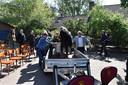 Begrafenis met de duofiets in Erp. Familie legt de kist op de aanhanger.