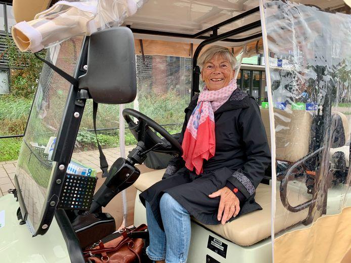 Maja Boon (78) crosst al sinds maart in de shuttle rond de Lingepolikliniek om bezoekers van de achterdeur weer terug te brengen naar de voordeur.