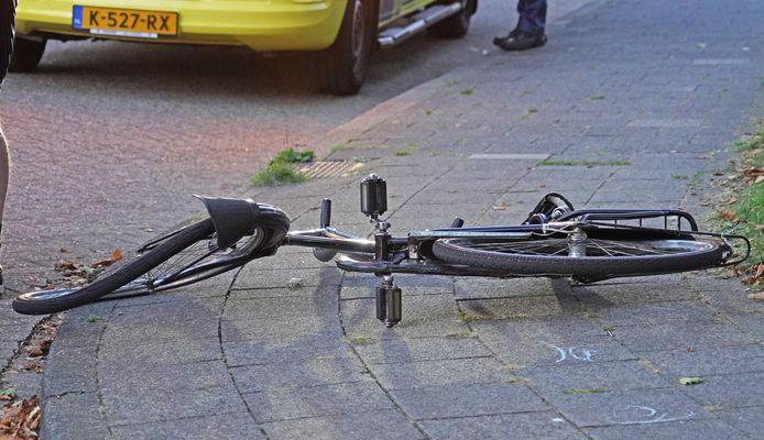 De fiets lag na het ongeval met een flinke slag in het wiel op de stoep.