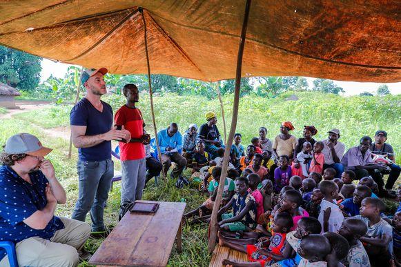 """Steven Janssens (l.) en Maarten Goethals (r.) zijn zenuwachtig voor hun uitleg. """"Voor hetzelfde geld denken ze dat we hun land komen afpakken of hun kinderen komen opeten."""""""
