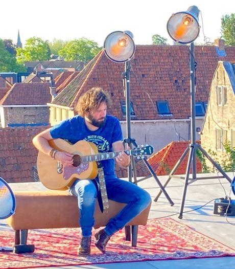 'Mooier dan ooit', zingt Hendrik Jan Bökkers op het dak van theater, nu publiek weer mag