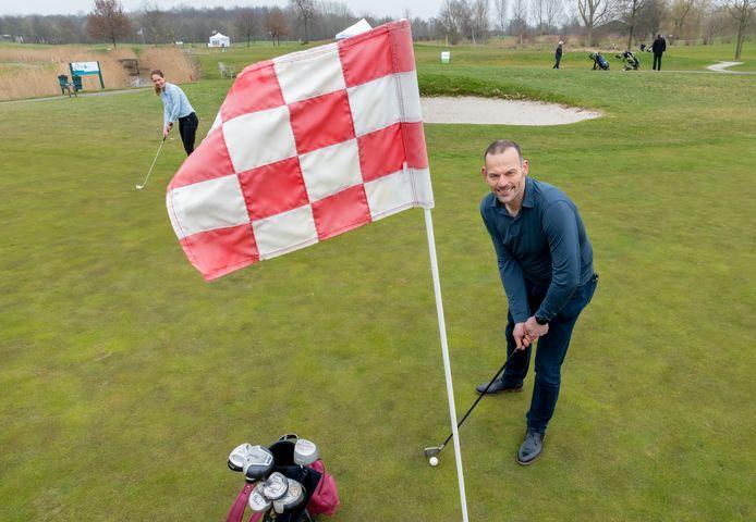 Directeur-eigenaar Hubert Peek van golfbaan Golf4All in Zeewolde slaat een balletje met Sinthia van Hee, operationeel manager. Cammpingha Groep heeft van de Raad van State gelijk gekregen met de plannen voor een zonnepark met 120.000 zonnepanelen. Ook komt er een volwaardige 9-holes golfbaan bij.