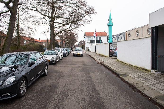 Moskeebezoekers parkeren in de Van Galenstraat ook waar dat niet is toegestaan.