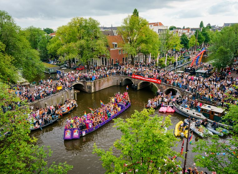 De Canal Parade in betere tijden. Dit jaar gaat de botenoptocht definitief niet door. Beeld Hollandse Hoogte /  ANP