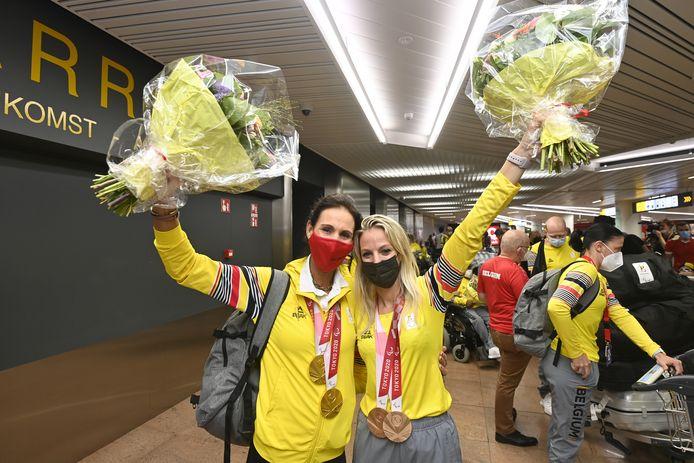 Les médaillées Michèle George et Manon Claeys de retour du Japon, jeudi, à l'aéroport de Zaventem
