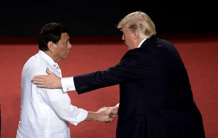 Donald Trump begroet president Rodrigo Duterte van de Filipijnen, vorig jaar november in Manilla. Beeld AFP