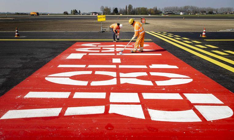 Werkzaamheden aan de Polderbaan. De start- en landingsbaan op Schiphol krijgt een grootschalige opknapbeurt. Beeld ANP