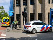 Oudere man ernstig gewond door botsing op druk kruispunt in Apeldoorn; meisje mist schooltoets