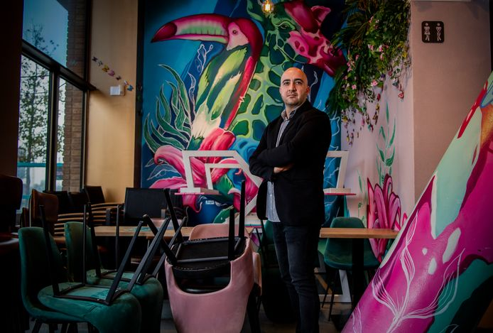 Ahmed Baglari in zijn restaurant By Ami.
