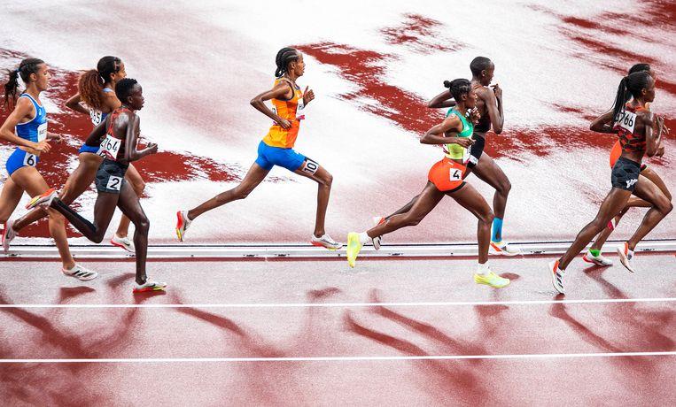 Goud voor Sifan Hassan op de 5.000 meter In Tokio. Aan het eind gaat ze sneller lopen. Om het wereldrecord op die afstand te verbeteren moet ze haar Olympische tijd met meer dan een halve minuut verbeteren.  Beeld Klaas Jan van der Weij