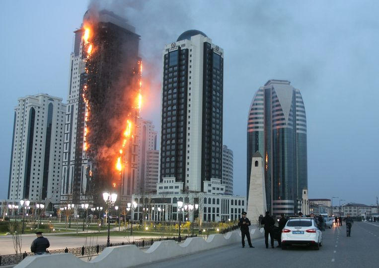 epa03648938 Chechen policemen watch flames rising from the burning 'Grozny City'  luxury apartment tower in Grozny, Chechen Republic, Russia, 03 April 2013. Reporte state that the Head of the Chechen Republic presented French actor Gerard Depardiue with an apartment in the 40-floor building.  EPA/KAZBEK VAKHAYEV Beeld null