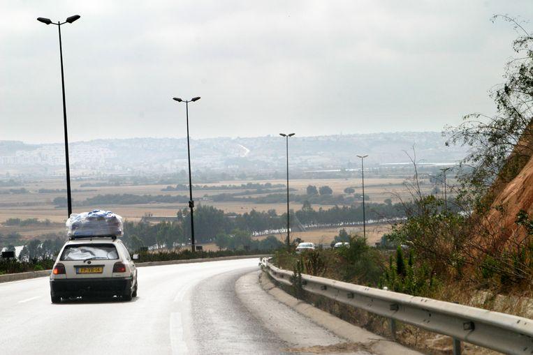 Een zwaar bepakte auto in Casablanca. Kinderen worden onder het mom van een vakantie of familiebezoek naar het buitenland gelokt, eenmaal daar worden hun paspoorten, reisdocumenten, telefoon en geld ingenomen om contact met het thuisfront te verhinderen. Beeld Najib Nafid