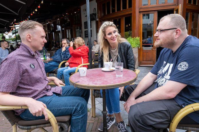 Justin Jeronimus (l), begeleidster Eef de Nooijer en Menzo-Jan Giesbert op het terras van een Middelburgs café, een prima plek voor ontmoetingen om vrienden te maken.