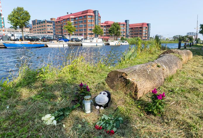 Op de noodlottige plek bij de Trekvliet ter hoogte van de Schepradstraat waar dinsdag een kind in zorgwekkende toestand uit het water is gehaald zijn bloemen en een beertje neergelegd.
