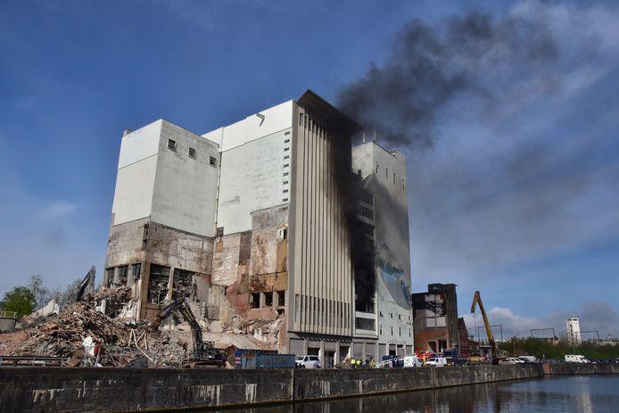De brand in de voormalige veevoederfabriek Hanekop in Roeselare ging gepaard met een grote rookontwikkeling.