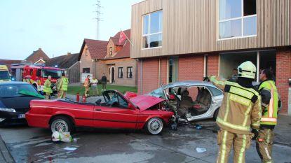 Ritje met oldtimer loopt dramatisch af: twee bestuurders in levensgevaar na frontale aanrijding