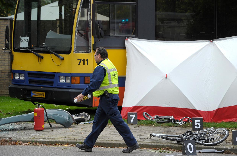 Een in twee stukken gebroken fiets ligt bij een bus na een dodelijk ongeval in Hoensbroek.