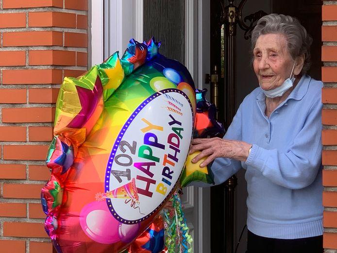 """De felicitaties van de burgemeester en haar directe buren die goed waken over """"madame"""" nam ze met alle plezier in ontvangst."""