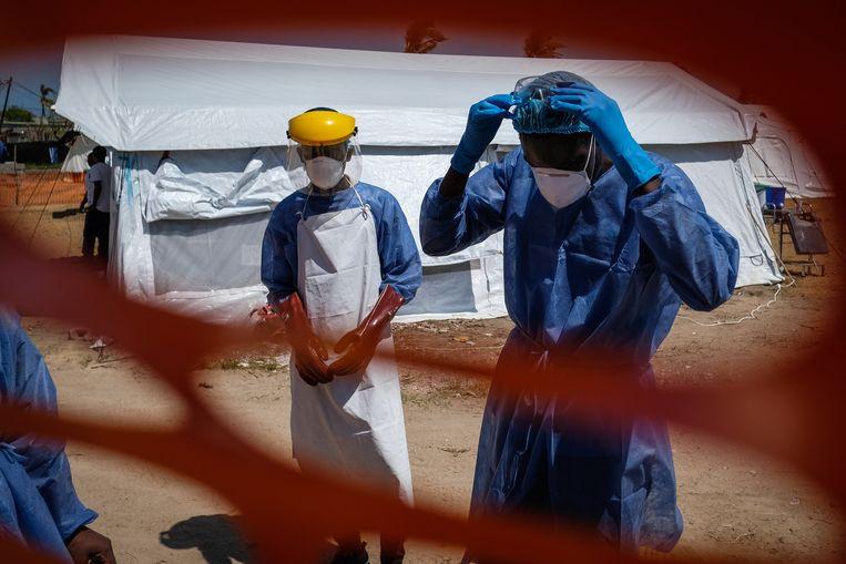 Unicef-medewerkers in een nieuwe kliniek voor cholerabehandeling in de Mozambikaanse stad Beira. Beeld EPA