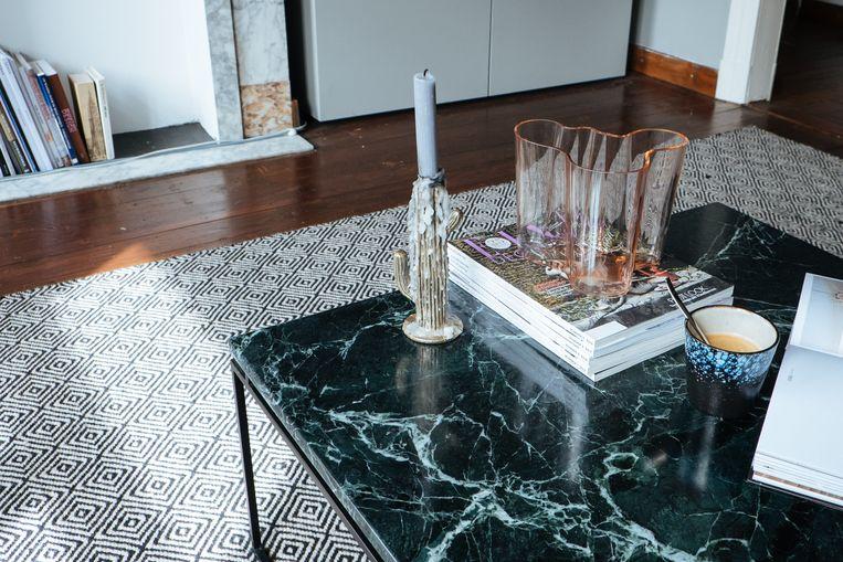 Op de salontafel staat een echt pronkstuk: een vaas van Alvar Aalto.  Beeld Karlijne Geudens