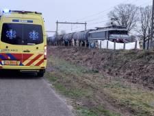 Goederentrein in botsing met bestelbusje op spoorwegovergang in Zenderen