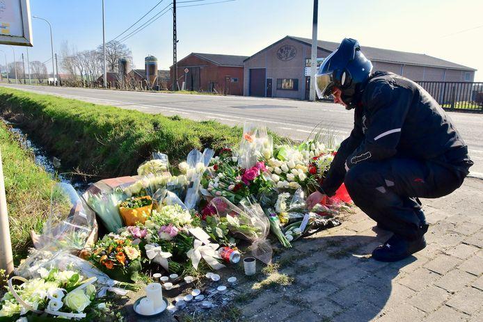 Een vriendlegt een bloemetje neer op de plaats van het ongeval dat Xander De Roo (22) uit Tielt het leven kostte op de Deinsesteenweg in Aarsele.