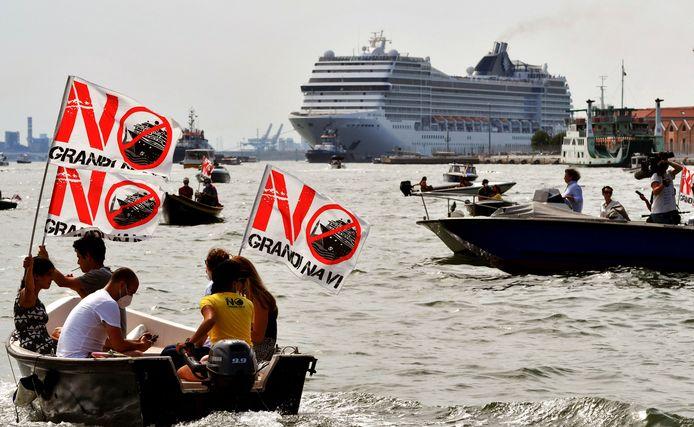 Protest op zee bij het uitvaren van de MSC Orchestra.
