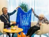 Oudste inwoner (105) Eindhoven ontvangt Koningsdagvlag van burgemeester